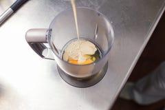 Nalewać mleko w miksturę Obrazy Stock