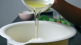 Nalewać olej w puchar zdjęcie wideo