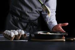 Nalewać tortowego ciasto w wypiekową cynę mężczyzny dolewania ciasto naleśnikowe fotografia stock