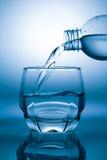 Nalewać wodę obrazy stock
