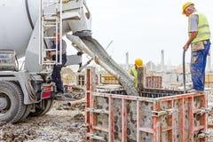 Nalewać wzmacniającego beton w fundacyjnej foremce Zdjęcie Stock