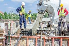 Nalewać wzmacniającego beton w fundacyjnej foremce Zdjęcie Royalty Free