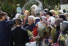 Nalewa świętą wodę na Palmowej Niedziela Zdjęcie Royalty Free
