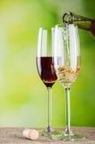 nalewa biały wino Zdjęcie Stock