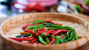 Nalewa chili wewnątrz kosz w kuchni zbiory wideo