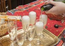 Nalewa iskrzastego wino świętować Zdjęcia Royalty Free
