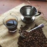 Nalewa Nad filiżanką kawy i fasolami Zdjęcia Stock