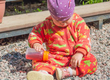 Nalewa napój od dziecko butelki Zdjęcie Royalty Free