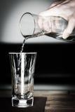 Nalewa niektóre świeżą czystą wodę Zdjęcie Stock