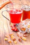 Nalewa różanej modnej herbaty Zdjęcie Stock