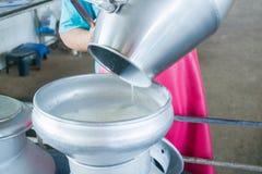Nalewa surowego mleko Obrazy Royalty Free