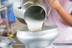 Nalewa surowego mleko Zdjęcia Stock