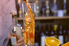Nalewa trunek od osadzarki Szampański flet z kostka lodu z alkoholu koktajlem Ręki zakończenie obrazy royalty free