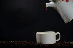 Nalewa up w kawie w filiżankę Zdjęcie Royalty Free
