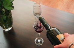 Nalewać wino Obraz Stock