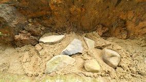 Nalewający, kłaść beton w podstawy domowa używa łopata cement i kamienie Budujący, betonowa praca w bazie zbiory wideo