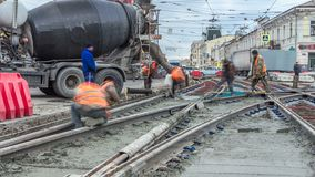 Nalewający mieszającego beton po umieszczać stalowego wzmacnienie robić drodze betonowego melanżeru timelapse zbiory wideo