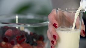 Nalewający mleku w szklane pobliskie owoc zdjęcie wideo