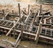 Nalewający mokrego beton wewnątrz domowa fundacyjna konstrukcja fotografia stock