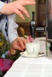 nalewanie herbaty Obrazy Royalty Free