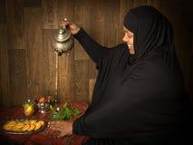 nalewanie muzułmańska herbatę kobieta obrazy stock