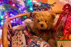 Nallebjörn Dranik med gåvor för Ð-¡ hristmas Arkivbilder