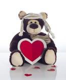 Nallebjörn med hjärtakortet på en vit bakgrund Arkivfoton