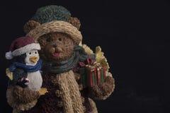 Nallebjörn och pingvinstaty royaltyfria foton