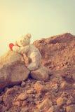 Nallebjörn som klättrar en röd hjärta med målen royaltyfri foto