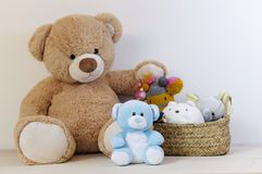 Nallebjörnar med välfylld leksaker och korg royaltyfri fotografi