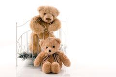 Nallebjörnar och retro säng arkivbild