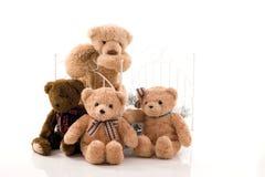 Nallebjörnar och retro säng arkivfoto