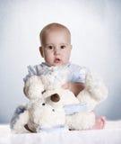 Nallebjörnen behandla som ett barn Royaltyfri Fotografi