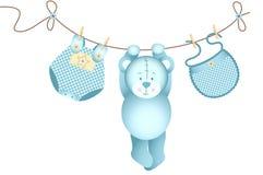 Nallebjörnen behandla som ett barn pojken som hänger på en klädstreck Royaltyfri Fotografi
