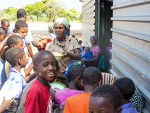 NAMÍBIA, Kavango, o 15 de outubro: Alunos namibianos que esperam um almoço Kavango era a região com o povert o mais alto foto de stock royalty free