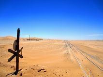 Namíbia, Trem-trilha que corre ao longo do litoral na baía de Walvis imagens de stock