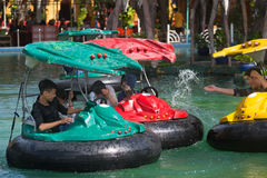 戴Nam游乐园的人们在胡志明市,越南 免版税库存照片