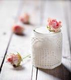 Nam aroma Griekse yoghurt in een glas jarwith kant toe Stock Foto's