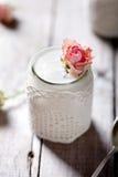 Nam aroma Griekse yoghurt in een glas jarwith kant toe Stock Fotografie
