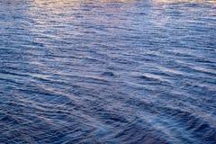 Nam bijna toe kwarts en de rivierwater van de sereniteitskleur Royalty-vrije Stock Foto's