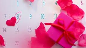 Nam bloemblaadjeregen op Internationale Vrouwen` s Dag duidelijk op kalenderpagina toe stock footage