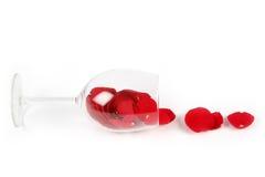 Nam bloemblaadjes in een wijnglas toe stock afbeelding