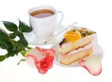 Nam cake met vruchten en kop thee toe Royalty-vrije Stock Afbeeldingen