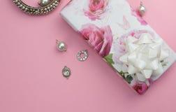 Nam de vierings roze achtergrond met geïsoleerd verpakte gift pres toe Royalty-vrije Stock Afbeeldingen
