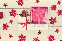 Nam in een doos en een envelop met de inschrijving Huidig toe voor stock fotografie