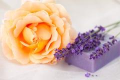 Nam en de staaf van de lavendelzeep toe stock afbeelding
