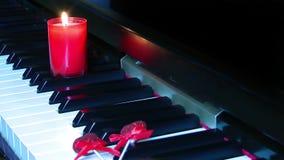Nam en Kaars op Pianosleutels toe stock footage
