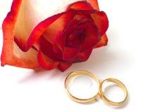 Nam en trouwringen toe Stock Foto's
