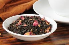 Nam gegoten zwarte thee toe royalty-vrije stock afbeelding