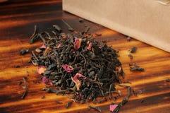 Nam gegoten zwarte thee toe royalty-vrije stock afbeeldingen